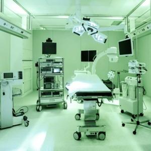 Operationssaal inklusive technischer Geräte
