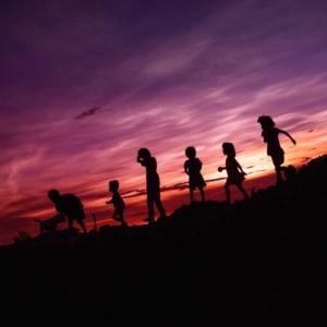 Spielende Kinder vor Sonnenuntergang