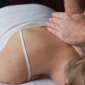 Manuelle Therapie bei der Anwendung im Nackenbereich